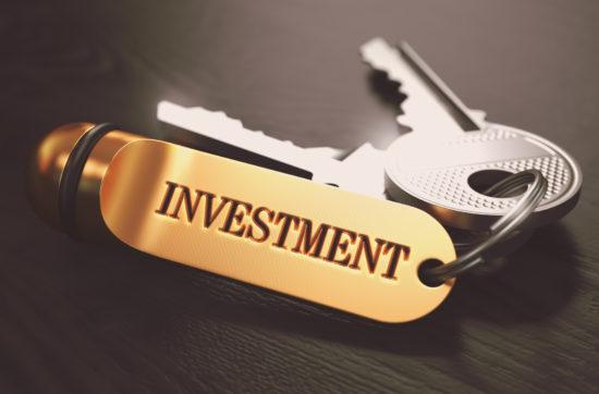 投資と書かれたキーホルダーと鍵