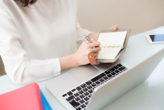 IPOのスケジュールをチェックしている女性
