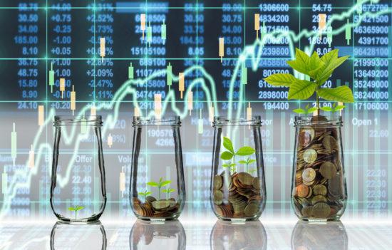 上昇する株価チャートを背景にしてお金を栄養に成長する植物