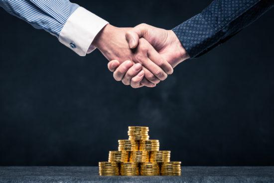 主幹事証券会社の口座開設をおすすめしながら握手している男性