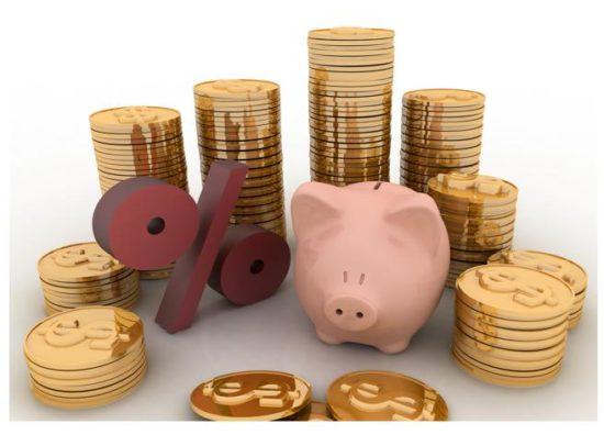 たくさんのコインと%という文字に囲まれたピンクの豚の貯金箱