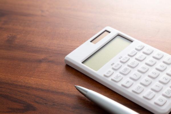 机の上に置かれた電卓